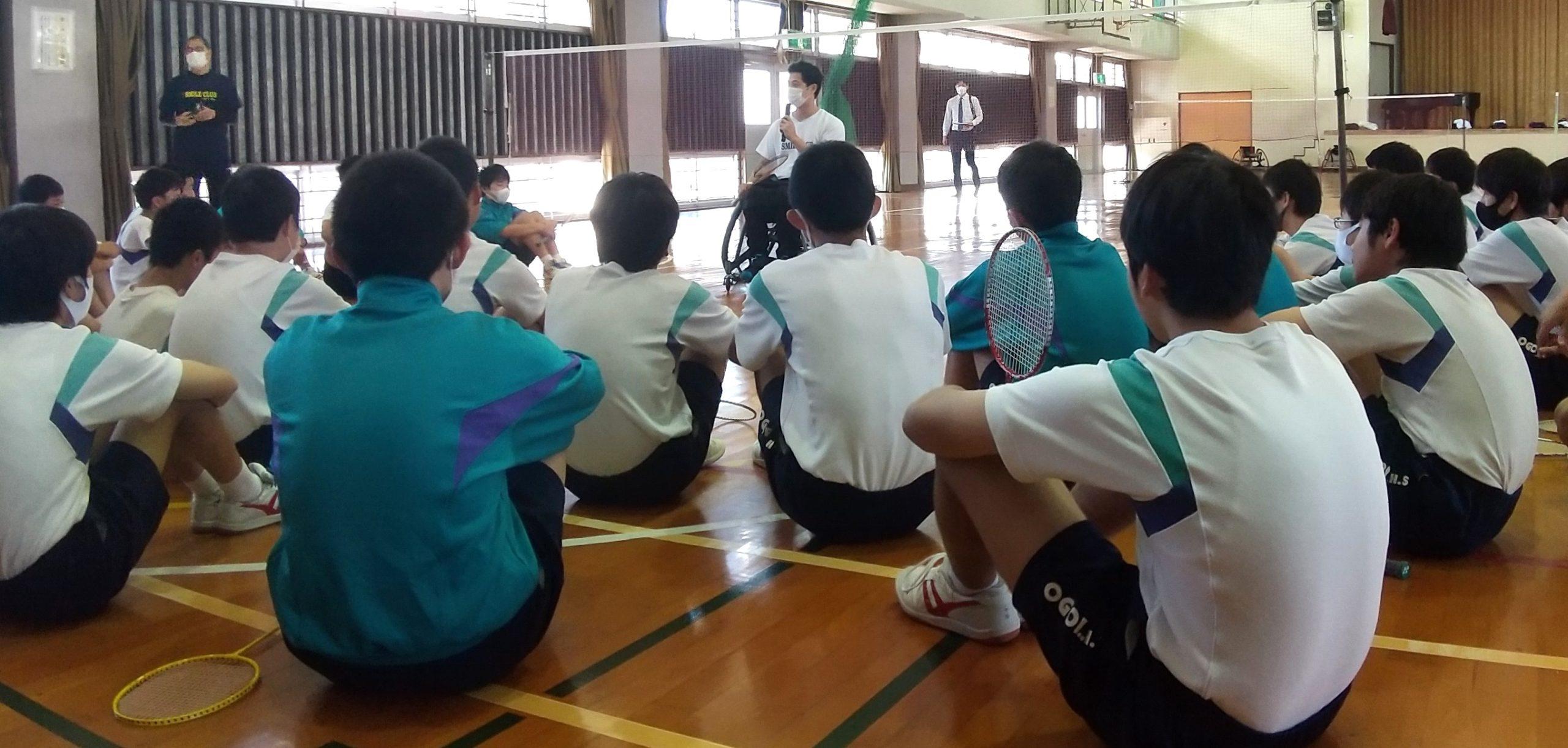 大浜選手の話に真剣なまなざしを向ける生徒のみなさん
